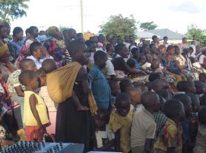 watu wakisikiliza neno la Mungu wakati Mwinjilisti Kidosi akihubiri.